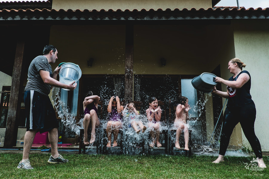 documentary family photography wash the kids with buckets