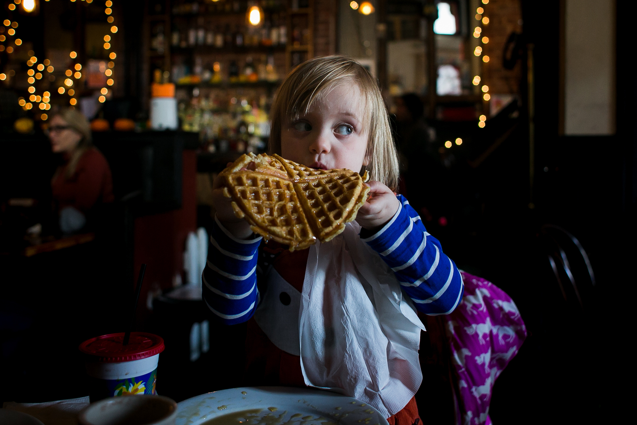 English speaking Munich family photographer captures kids having breakfast