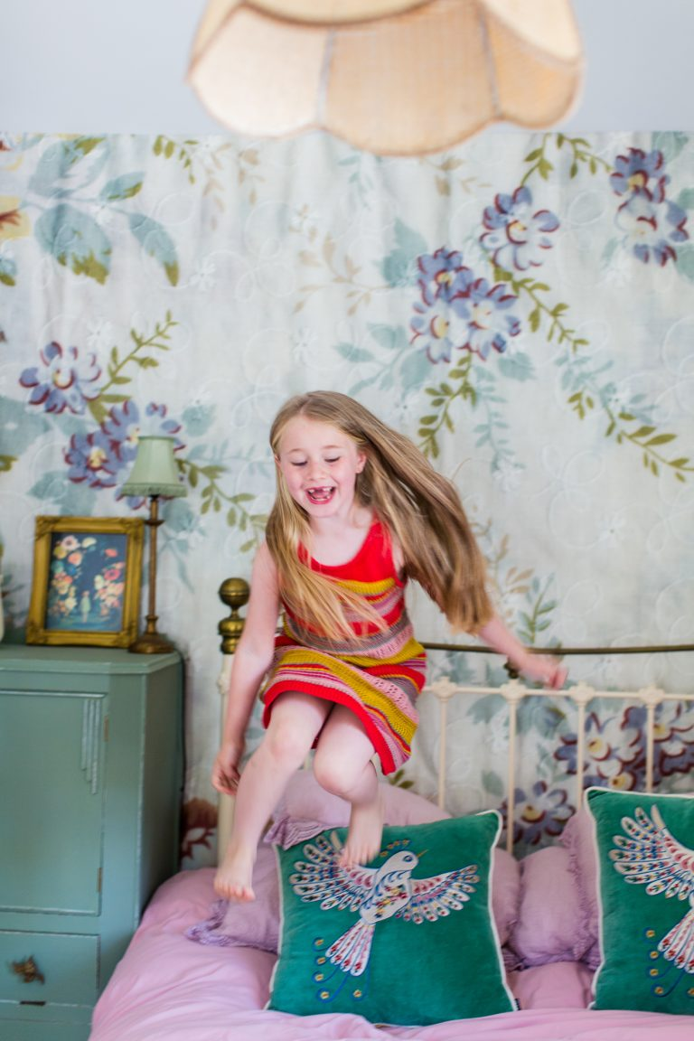 Documentary Family Photographers : Girl jumping on the bed